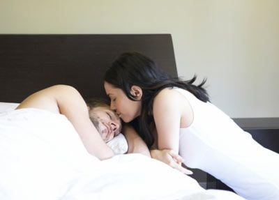 Seksi uyku sürprizi 5  Erkeklerin seks sonrası uyuyakalmalarının bir sebebi var! Erkek arkadaşınızın seviştikten hemen sonra uyuyakalmasına kızmaktan vazgeçmelisiniz. Çünkü orgazm yaşamak bir erkeği yalnızca fiziksel olarak yormuyor, aynı zamanda vücudunda mutluluk ve uyku hissi veren bir hormon olan prolaktin birikmesine yol açıyor. Öte yandan kadınlarda ise prolaktin kadar salgılanan oksitosin hormonu da yakınlaşma ihtiyacını artırır. Bu da kadınların sevişmenin ardından partnerlerinin yanında uyuklamaktansa, ona sokulma ihtiyacını ortaya çıkarıyor.